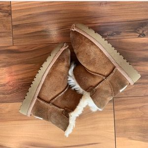 Ugg mini Bayley button girls boots 7 ( see notes)